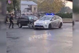 В Одесі чоловік під дією наркотиків протаранив поліцейську автівку і влаштував гонитву