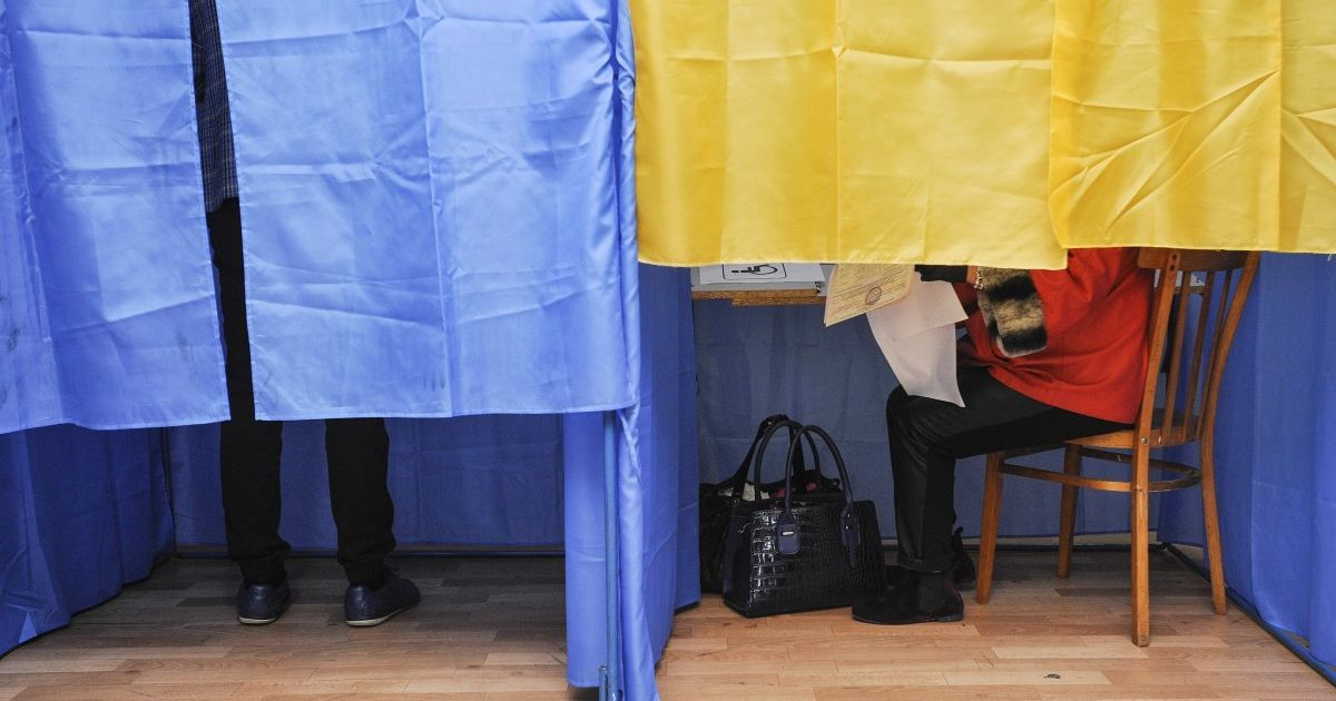 """Музика і """"ведучі"""": у Сумській області люди голосують на фейковій дільниці, а справжня - порожня"""