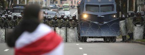 Сльозогінний газ, світлошумові гранати, затримання і переслідування: у Білорусі відбувся багатотисячний Марш