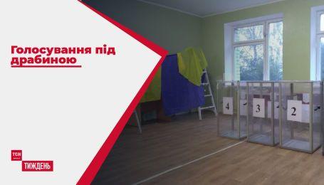 Голосування під драбиною: у Житомирі на виборчих дільницях не дочекалися кабінок