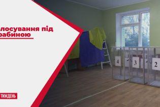 Голосование под лестницей: в Житомире на избирательных участках не дождались кабинок