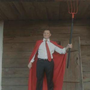 Снимали клипы, читали рэп и летали на зонтах: чем кандидаты удивляли украинских избирателей