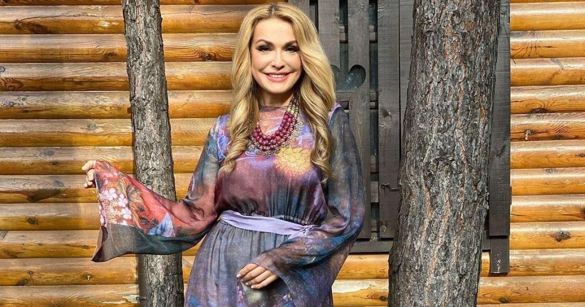 У квітковій сукні та з намистом на шиї: Ольга Сумська похизувалася ефектним луком