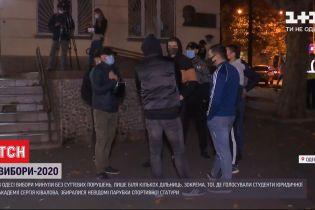 Біля скандальної дільниці в Одесі зібралися підозрілі хлопці спортивної статури