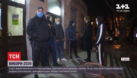 """Біля одеської дільниці, яку упродовж всього дня """"мінували"""", зібралися невідомі молодики"""