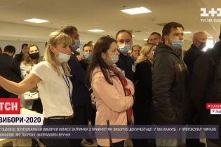 На ногах по півтори доби: у Львові члени дільничних комісій утворили довжелезні черги