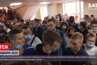В избиркоме Одессы с утра - безумная давка и отсутствие социальной дистанции