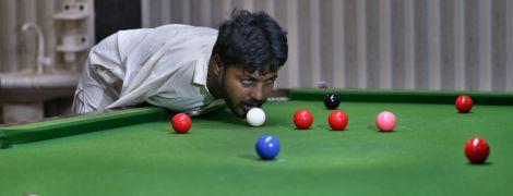 Безрукий пакистанец научился нестандартно играть в бильярд и вдохновляет соцсети