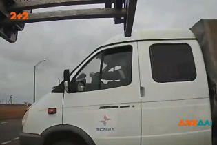 """У Росії водій """"Газелі"""" не пропустив машину, через що потім опинився у лікарні"""