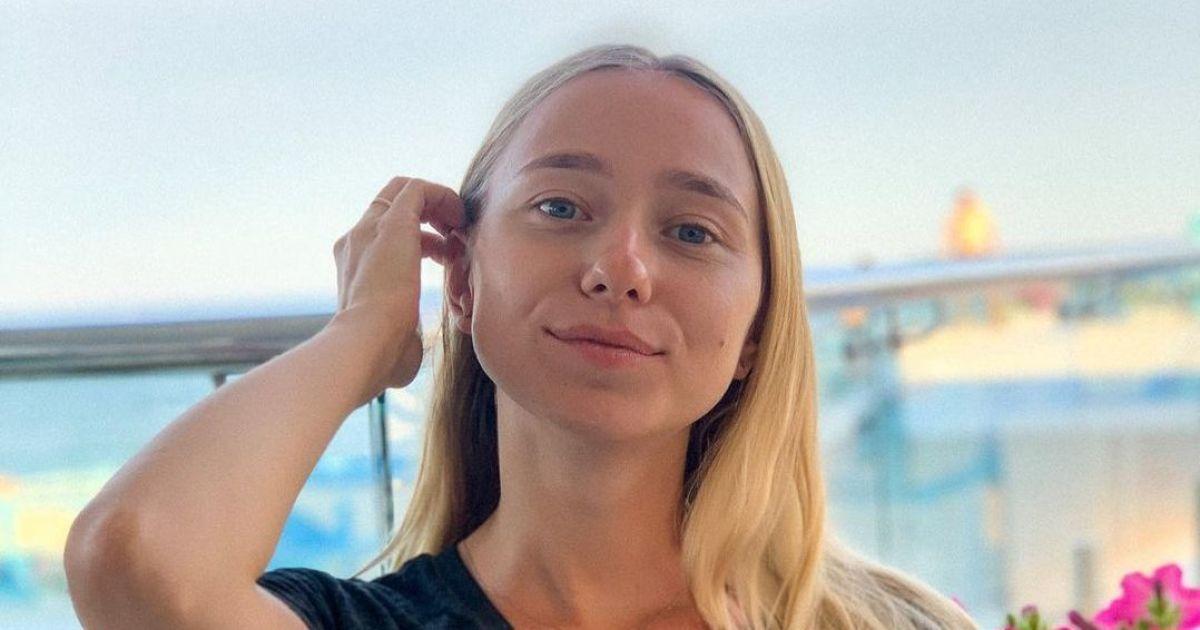 Молодая жена Виктора Павлика эротично позировала топлес