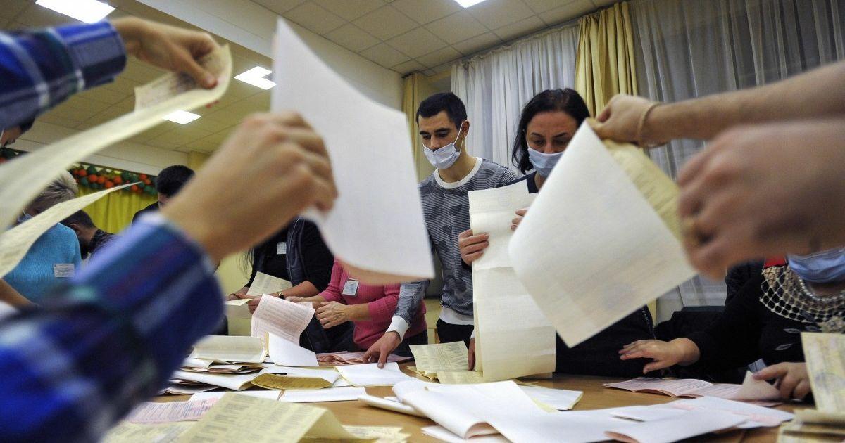 Скандал із довиборами на Прикарпатті: чому суд визнав протиправним підсумковий прокол ОВК і коли оголосять переможця