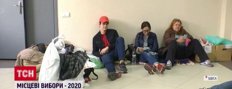 Спали на мешках и коробках с бюллетенями: в Одессе главы участков уже сутки не могут сдать протоколы