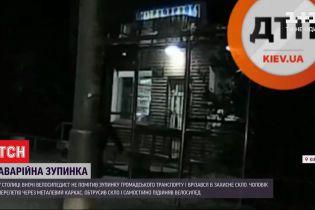 В Киеве велосипедист перелетел через металлическую остановку