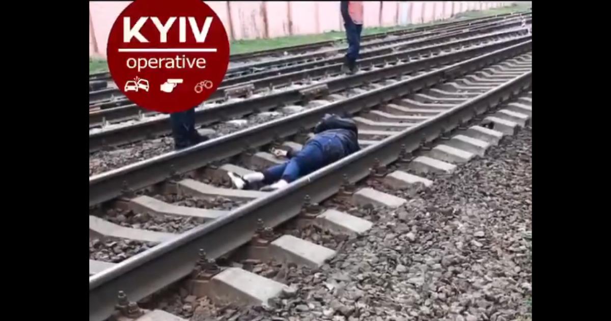 Бориспольский экспресс сбил девушку, которая шла по путям: появилось видео