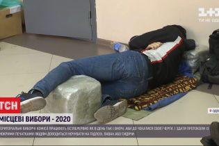 Ніч у черзі: члени ТВК були змушені спати на мішках та коробках з бюлетенями