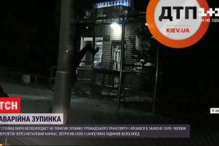 Ночью в столице велосипедист без фонарика врезался в защитное стекло остановки
