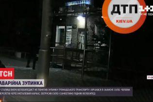 В Киеве велосипедист не заметил остановку общественного транспорта и врезался в ее стекло