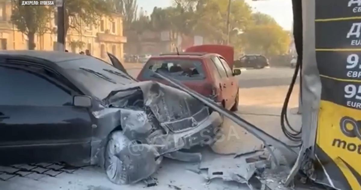 В Одессе автомобиль влетел в АЗС, протаранил легковушку и задымился: фото, видео