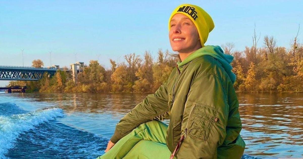 В мятном костюме и шапке: Катя Осадчая покаталась на яхте по Днепру