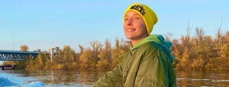 У м'ятному костюмі і шапці: Катя Осадча покаталася на яхті Дніпром