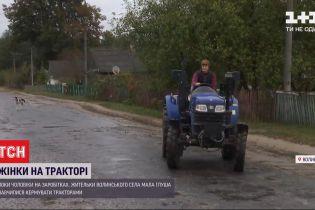 На Волыни женщины умело справляются с тракторами, пока их мужья работают за рубежом