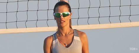 Любимое занятие: Алессандра Амбросио сыграла в пляжный волейбол