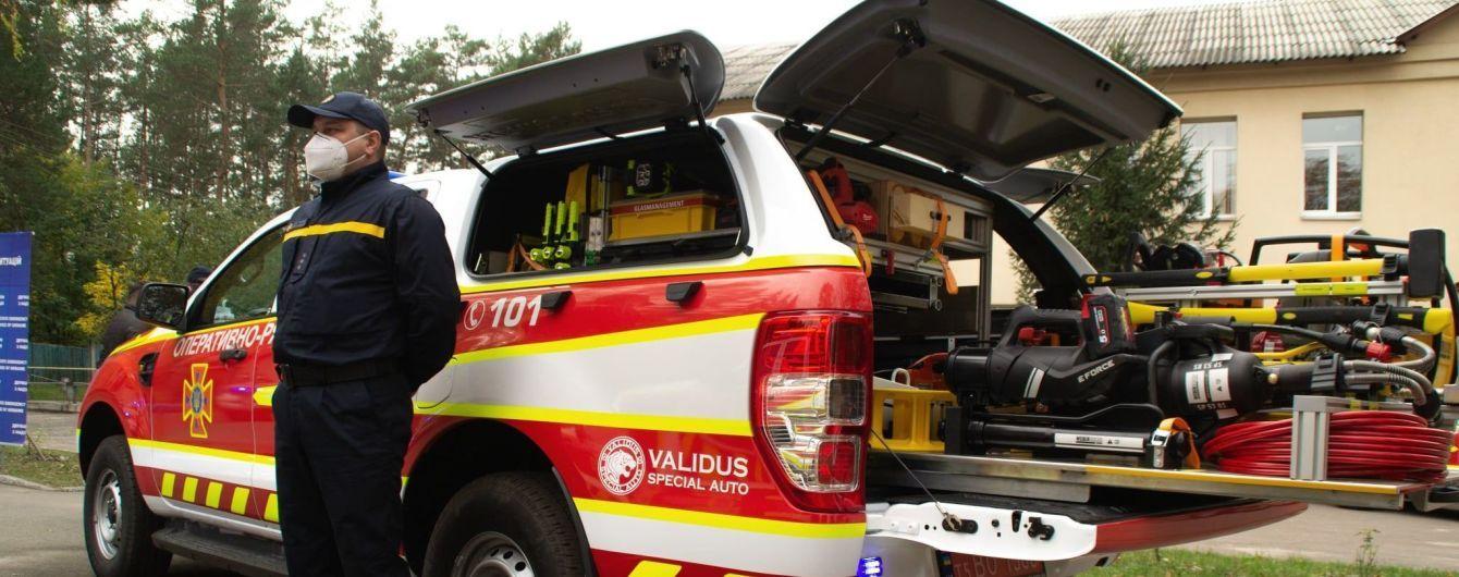 Украинские спасатели получили 80 специальных аварийно-спасательных машин