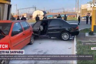 В Одессе неуправляемое авто влетело в заправочную станцию, протаранив другую машину