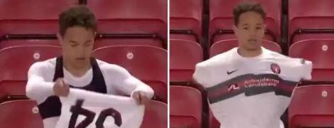 """""""Забув, як вдягатися"""": гравця суперника """"Ліверпуля"""" висміяли за чудернацьку техніку одягання футболки"""