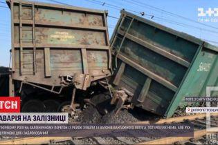 У Кривому Розі 14 вагонів товарного потяга зійшли з рейок під час руху