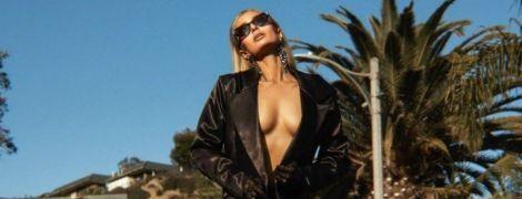 Сексуальная Пэрис Хилтон в стрингах эротично попозировала топлесс