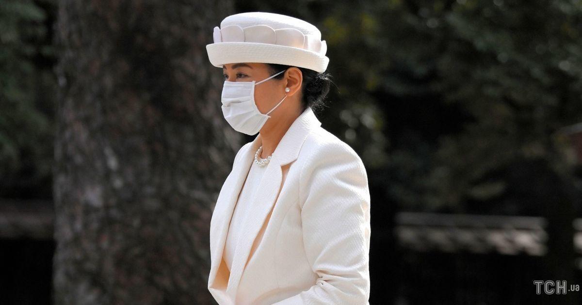 У білому вбранні і екстравагантному капелюсі: імператриця Масако в елегантному аутфіті приїхала до храму
