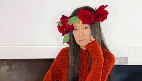 З вінком на голові і в модному вбранні: 71-річна Вера Вонг вразила молодістю