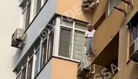 В Одесі жінка збирається стрибнути з балкона: на місці працюють рятувальники
