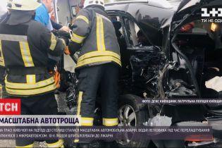 На Житомирской трассе легковушка столкнулась с микроавтобусом