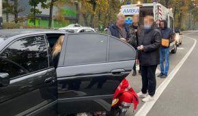 Под Киевом водитель микроавтобуса на пешеходном переходе сбил 19-летнюю девушку и влетел в BMW: фото