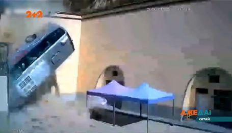 Автобус с пассажирами слетел с дороги и упал с пятиметровой высоты