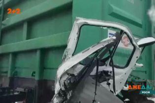 Вантажний потяг протаранив Газель: загинув водій та пасажир
