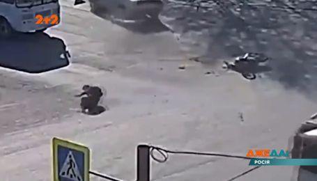 Опасный маневр автомобиля закончился катапультацией байкера с мотоцикла