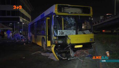 Столичный автобус потерял управление и влетел в людей на остановке