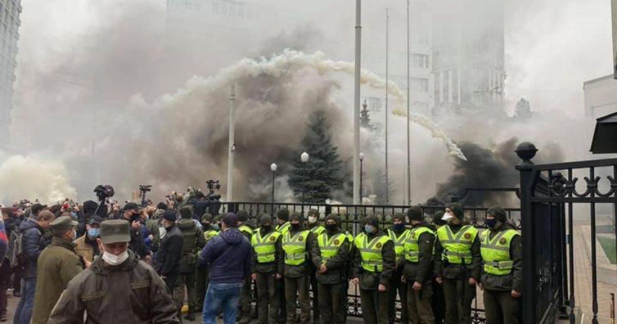 Суддів-зрадників — до Ростова: біля будівлі КСУ розпочалася акція проти рішення щодо е-декларування