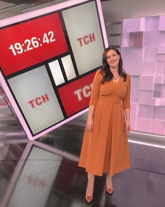 У гарбузовій сукні від української дизайнерки: ефектний аутфіт Соломії Вітвіцької для ефіру