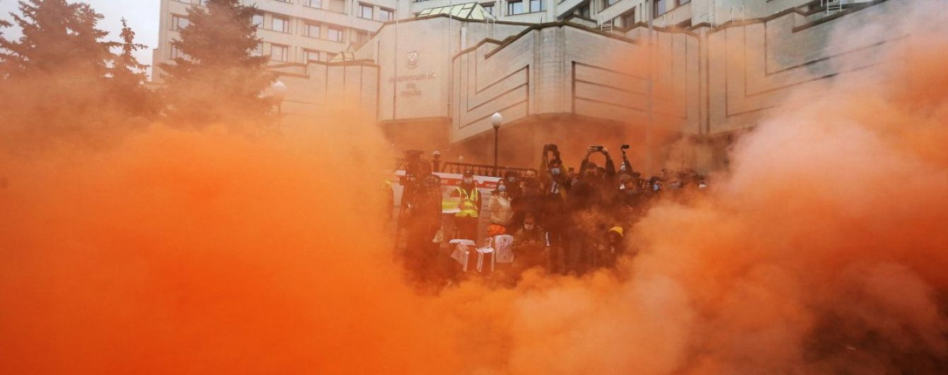 Масштабний протест і перша відставка у КСУ: як розгортається найгучніший скандал тижня щодо е-декларацій