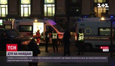 У центрі Києва позашляховик влетів в автобусну зупинку – пряме включення