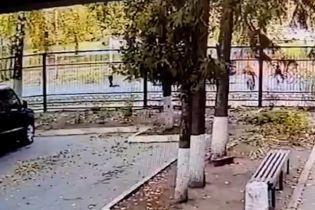 Пролетіла кілька метрів: у Харкові автівка збила дитину, яка перебігала дорогу