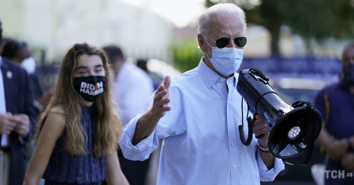 В асиметричній сукні і кросівках: 16-річна онука Джо Байдена на мітингу у Флориді