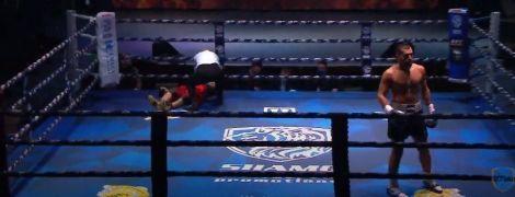 Российского боксера госпитализировали после тяжелого нокаута, он потерял сознание на ринге (видео)