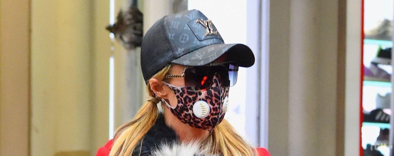 В двух разных масках: Пэрис Хилтон попала под прицел фотографов в Нью-Йорке