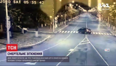 ДТП в Измаиле: легковушка слетела с дороги на тротуар, перевернулась и налетела на дерево крышей