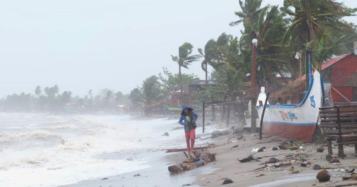 Из-за тайфуна Филиппины страдают от разрушительного ветра и смертоносных потоков
